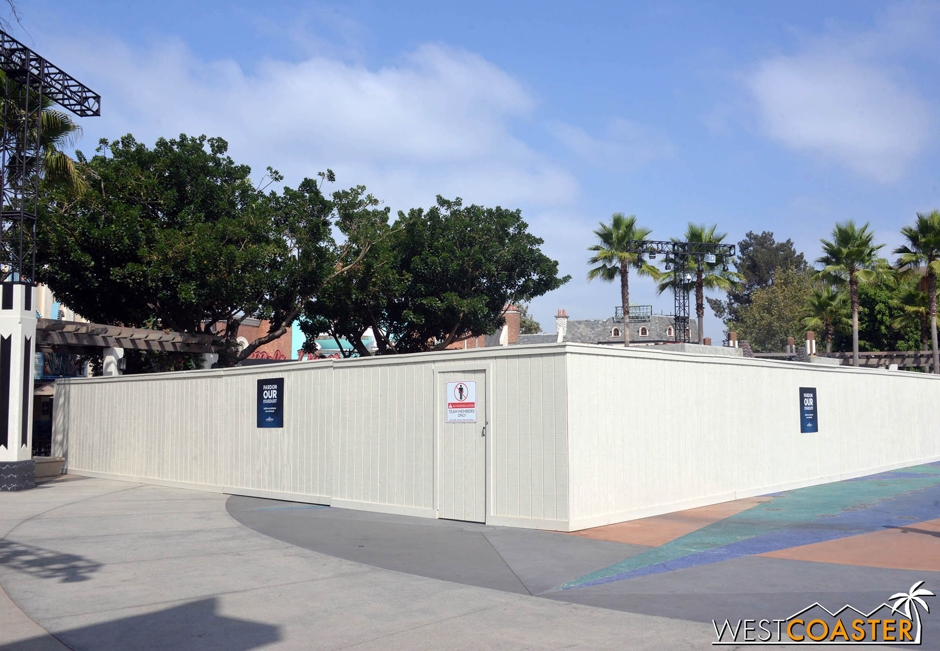 It's end of summer, and there are work walls, and that usually means Horror Nights maze making!