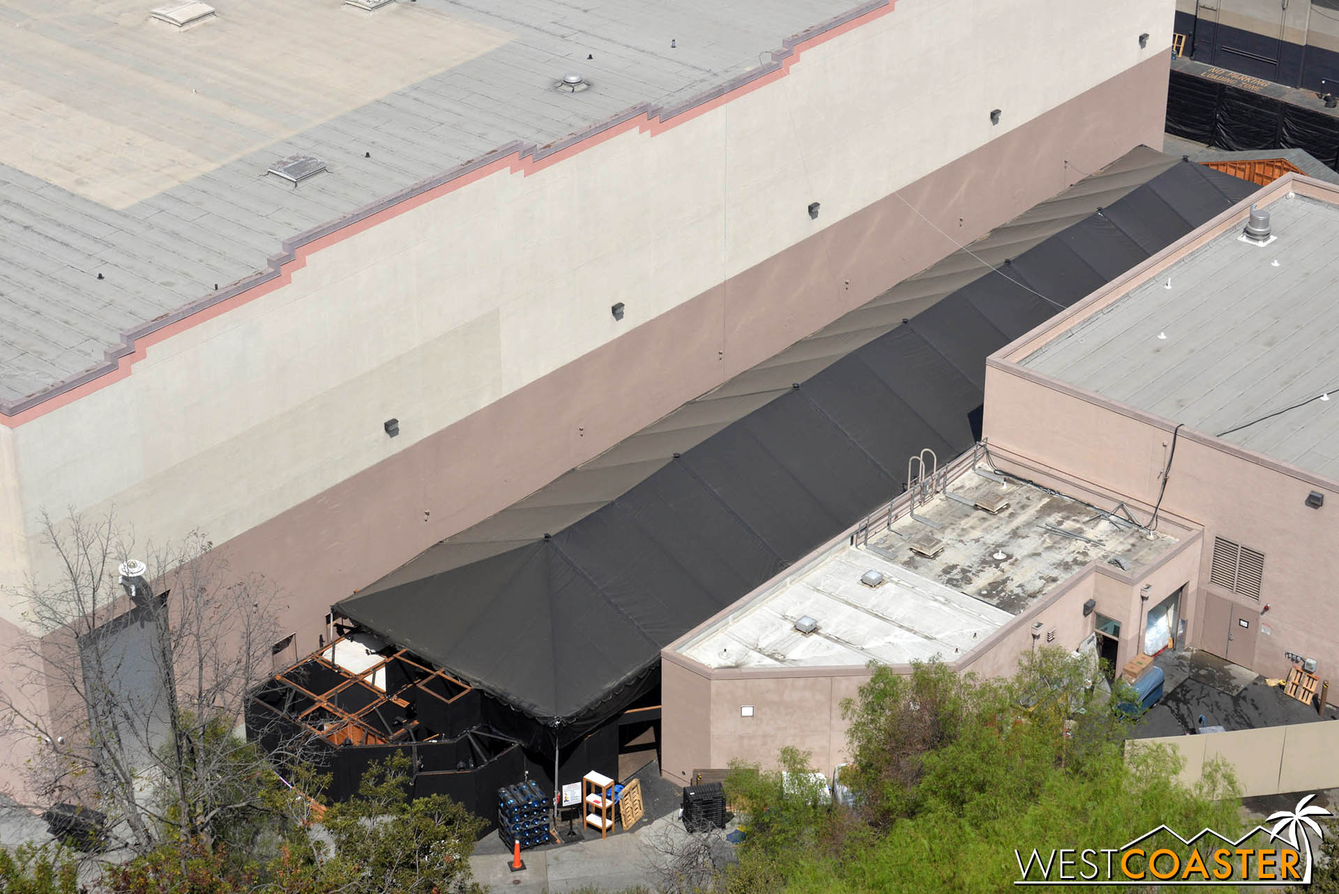 Lets look down at The Mummy maze location, one of traditional two lower lot maze locations (Jurassic Park being the other, but since JP is going down, that maze is being moved to a nearby soundstage… strange thing, sorta…).