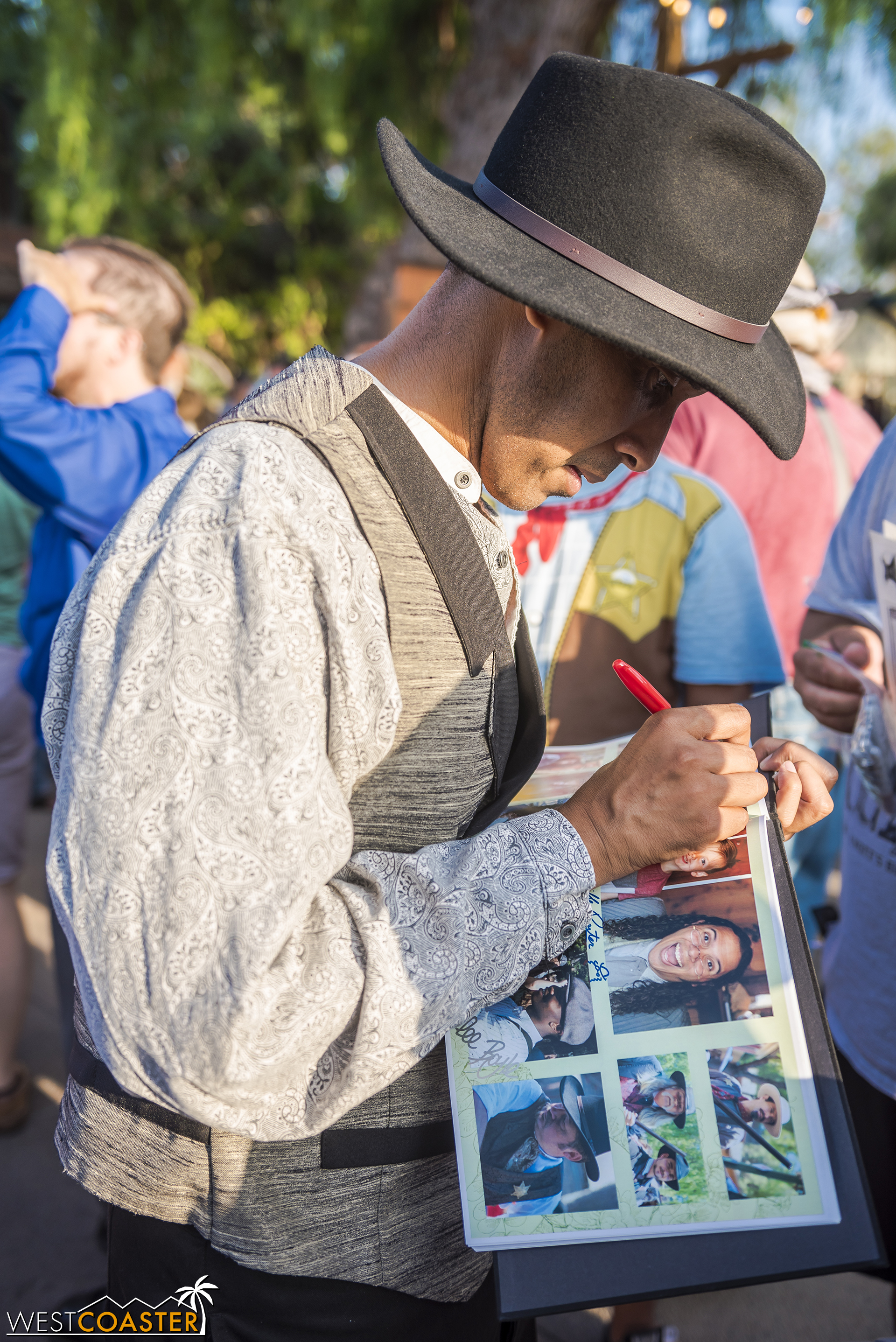 Some guests even bring their own self-made souvenirs for the actors to sign, as mementos.