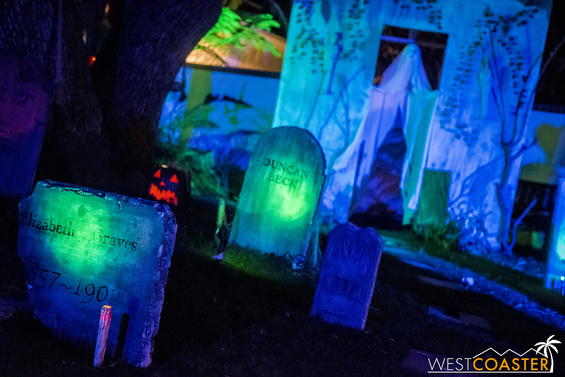 An eerily but beautifully lit cemetery can be found at the front of Rosehill Haunt.