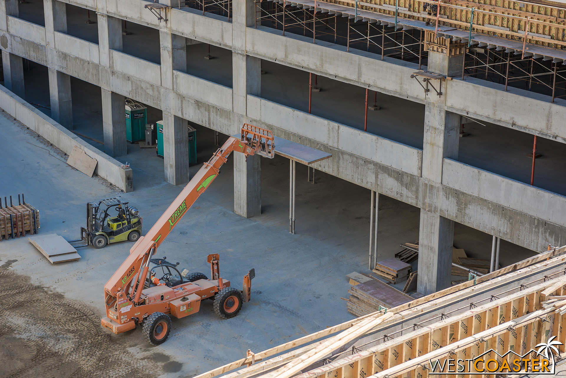 A extending fork lift raises a concrete formwork panel to the top.