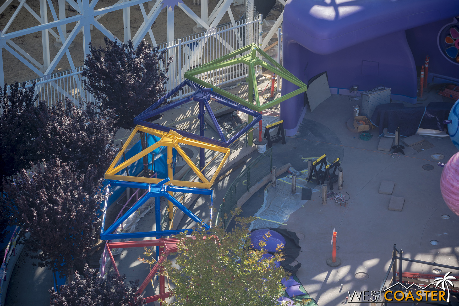 The canopy structures have gotten painted in their colorful pattern too.