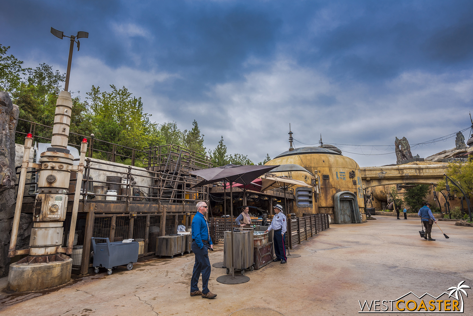Another mini-show occurs over here, near the Frontierland entrance, across the elevated platforms.