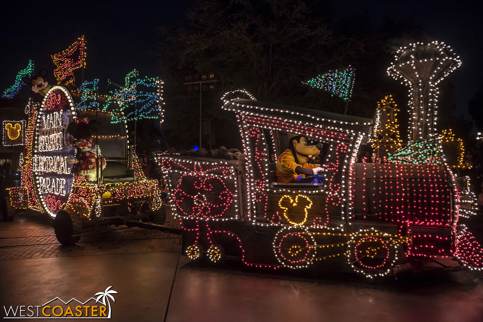The Main Street Electrical Parade is back.  So here are a bunch of photos of it!
