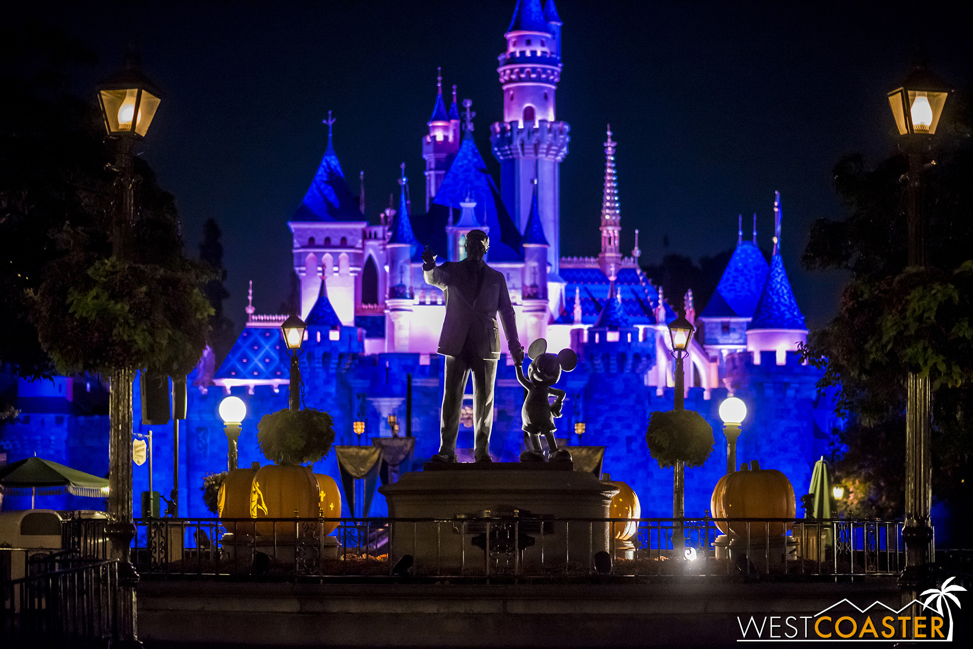 The lights were off the Partners Statue last Friday and before then, but there's something a bit col to see Walt and Mickey in silhouette, illuminated only by the glow of the backlighting.