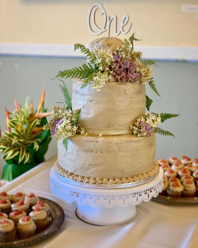 #weddingcake #birthdaycake #glutenfreecake #guavajelly #cashewicing #veganicing #keikicupcakes  Decor: #crownflower #kukuiflower #palapalai
