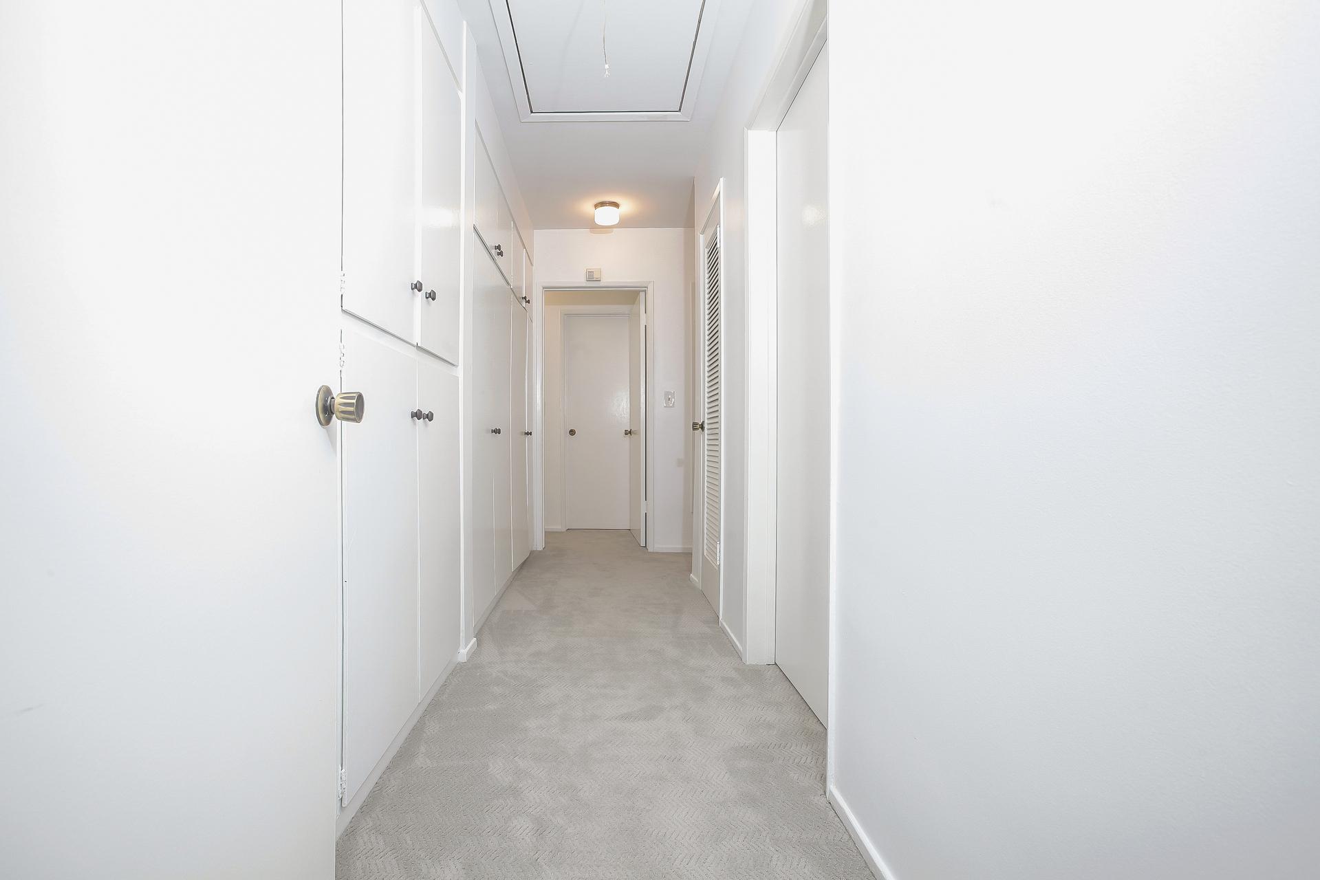 022-Hallway_leading_to_bedrooms-4443082-medium.jpg