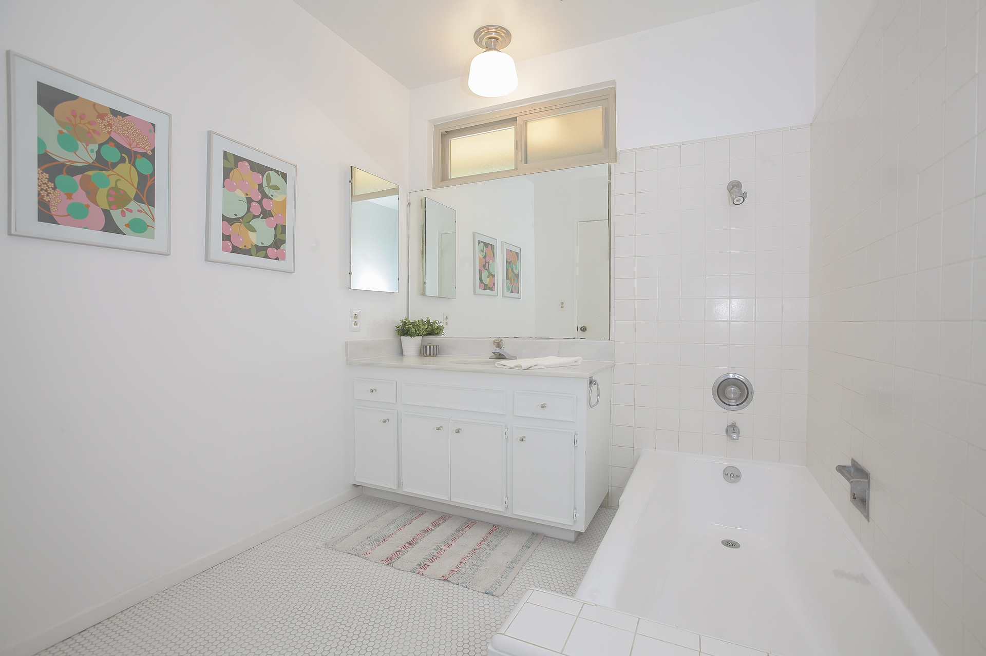 030-Middle_Bathroom-4443078-medium.jpg