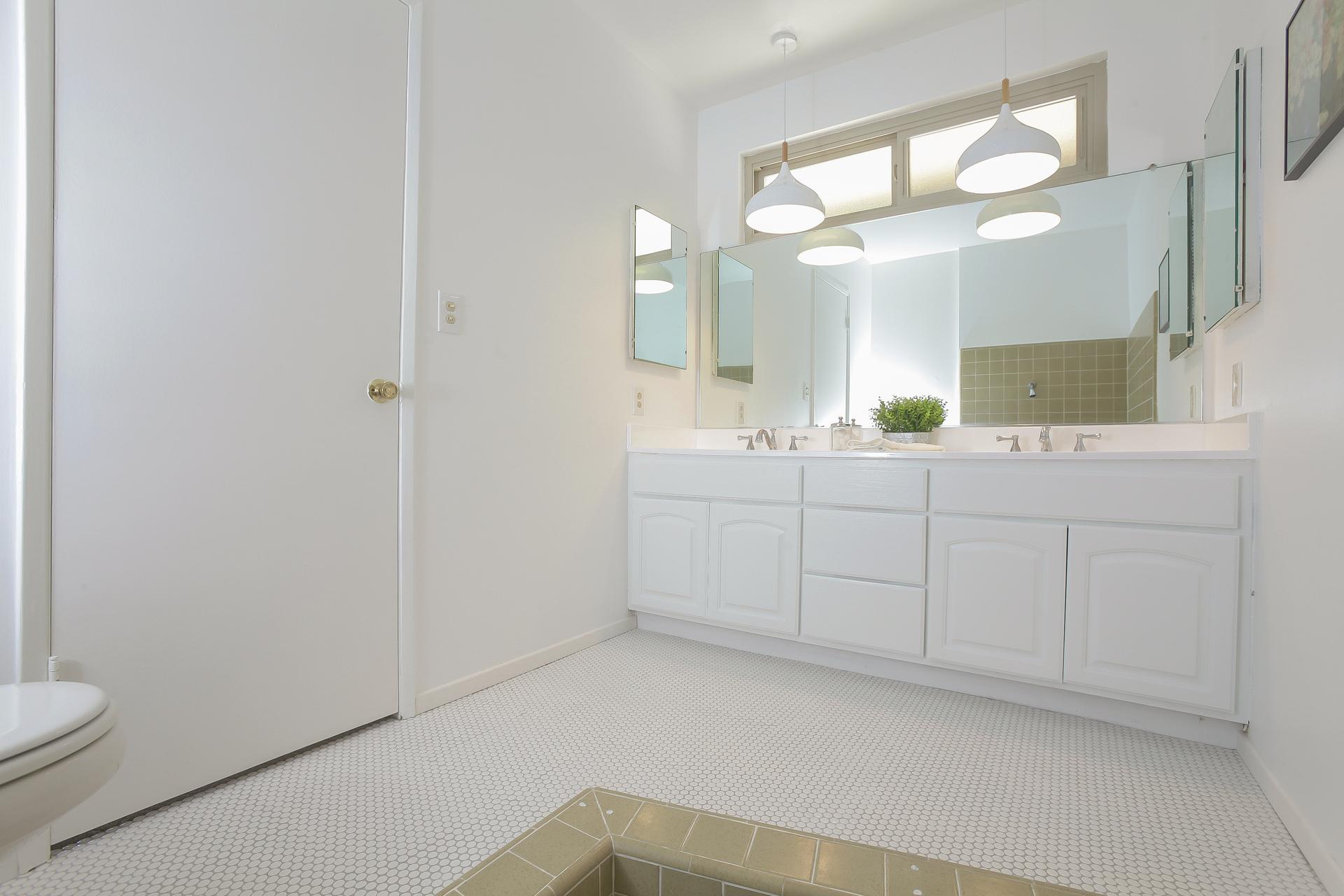 035-Master_Bathroom-4443075-medium.jpg