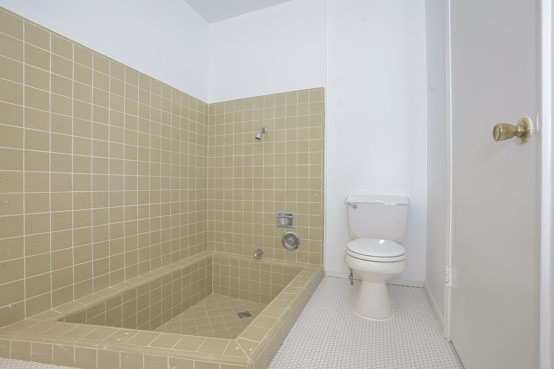 036-Master_Bathroom-4443067-medium.jpg