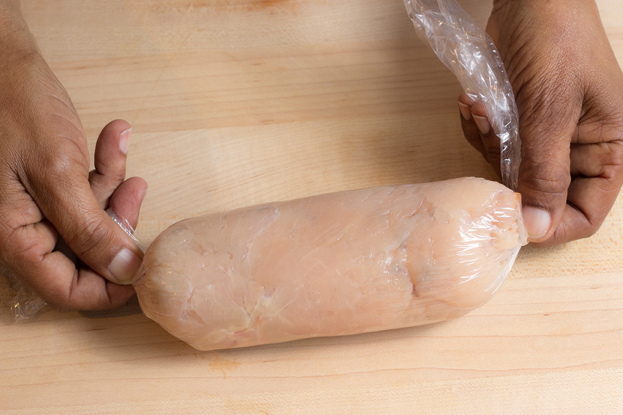 Secure the 2 ends of the roll by twisting the cling wrap.