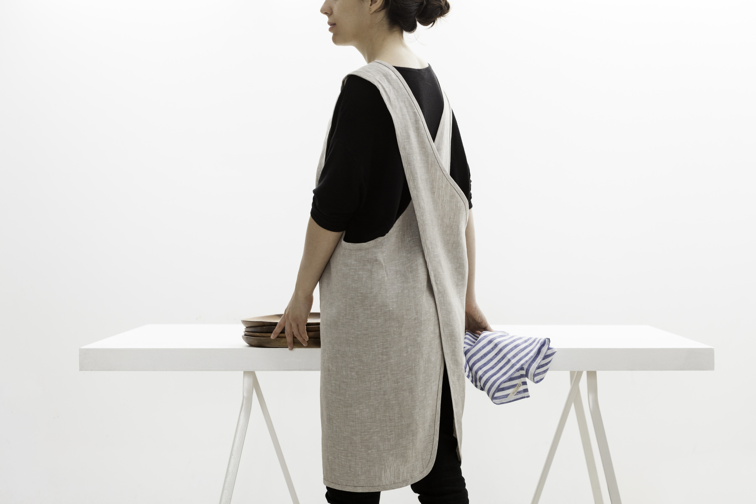 ....Linen Apron | Made by Objective..Tablier entrecroisé | Made by objective....