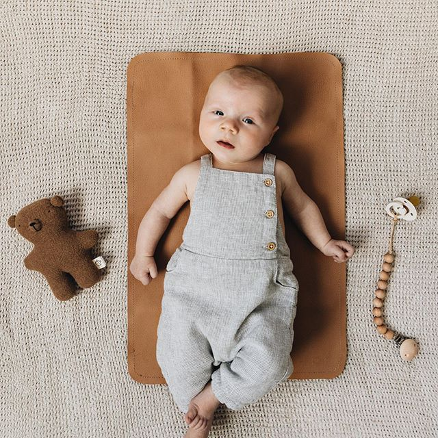 Thursday is looking pretty darn cute around here. 🧸 Anyone else have the smiliest baby until you hold up a camera? Furrowed brows for days, I tell you. 💛 #sawyergraham