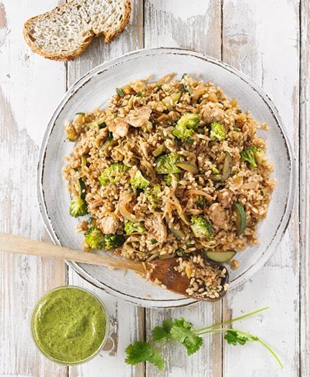 Arroz integral con setas, brócoli y chutney de cilantro. Uno de los platos que podrás aprender a hacer en Vegan Gourmet 🌿🌿🌿 #vegangourmet