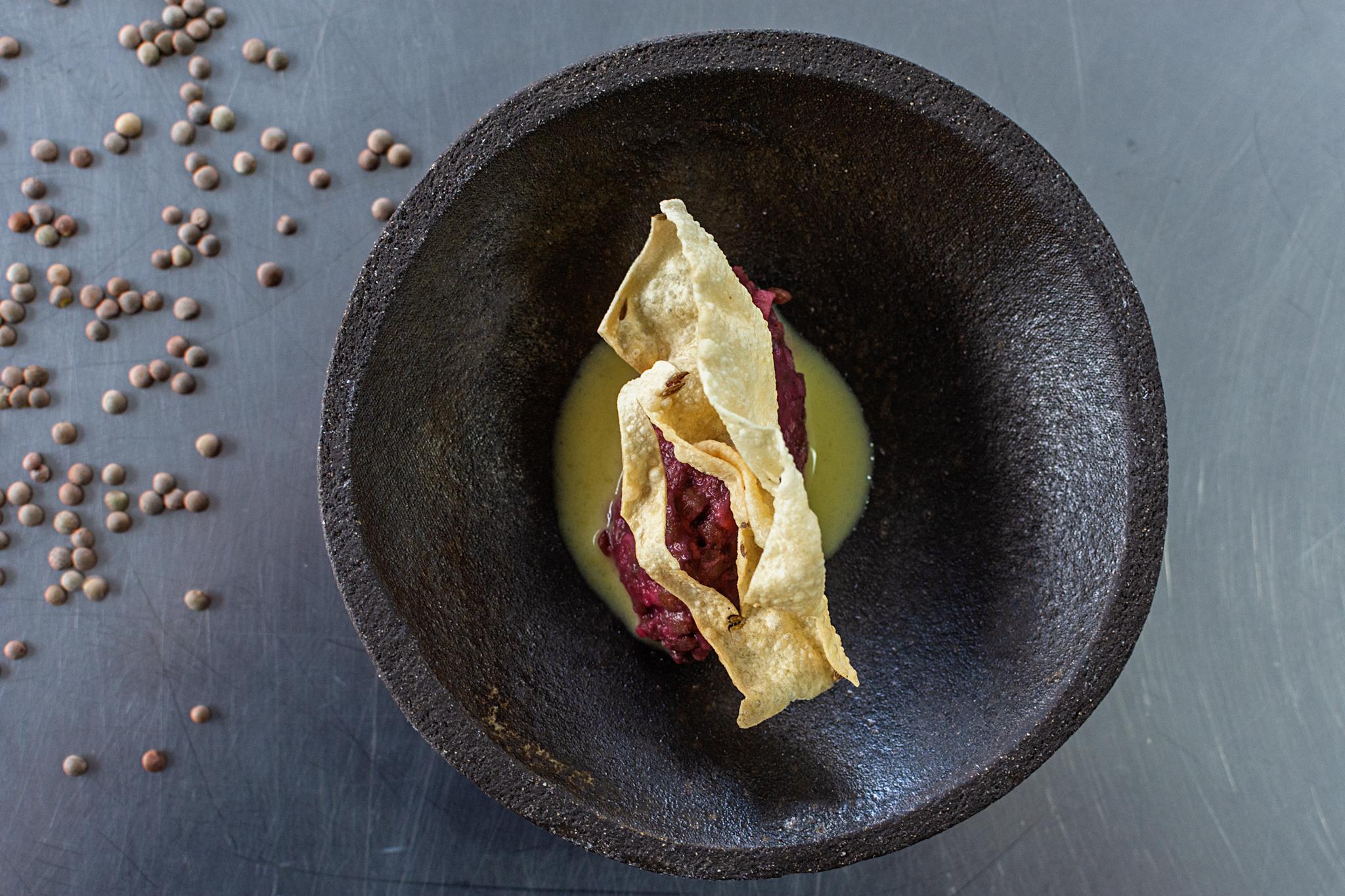 Tartar de lenteja pardina con jugo de pizarra y comino crujiente.jpg