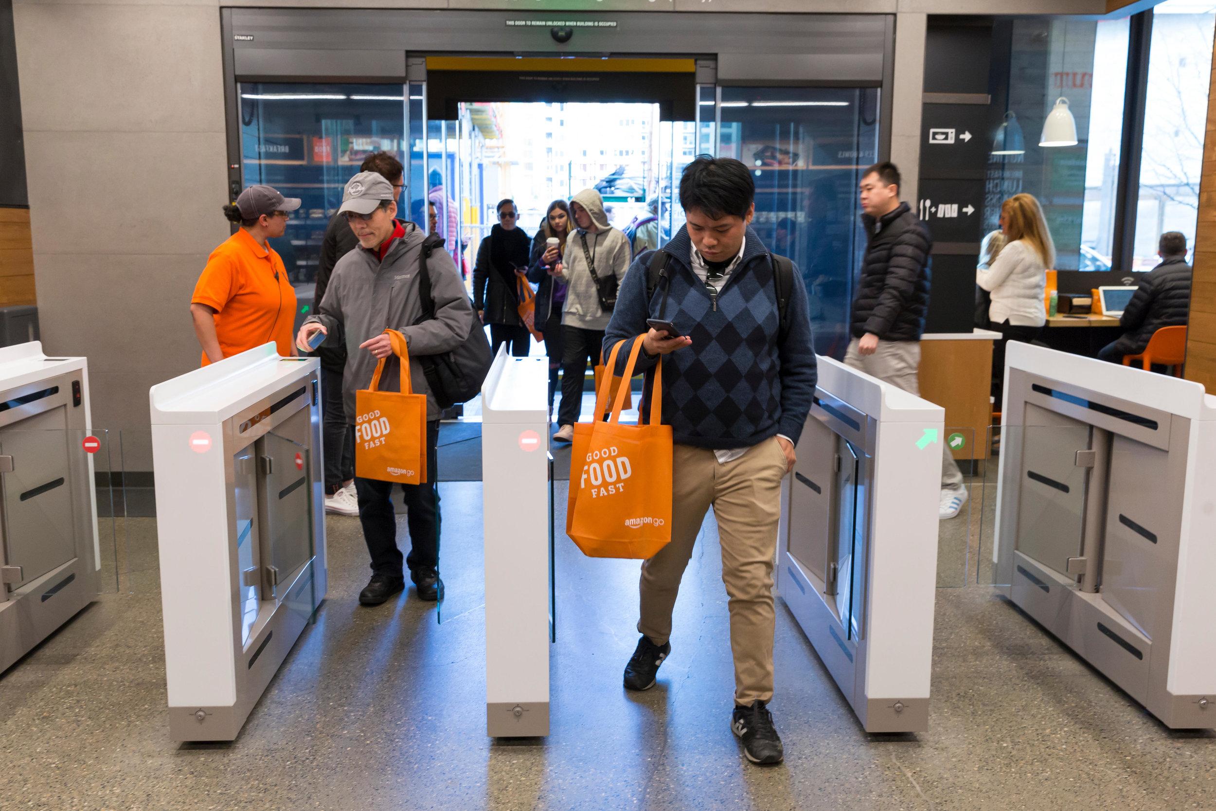 """Amazons intelligente butik """"Amazon Go"""". Den registrerer, hvilke varer du tager ned fra hylderne, og hvilke varer du sætter tilbage igen. Når du går ud af butikken klares betalingen uden en kø ved kasseapparatet. Du går bare ud og betalingen sker automatisk."""