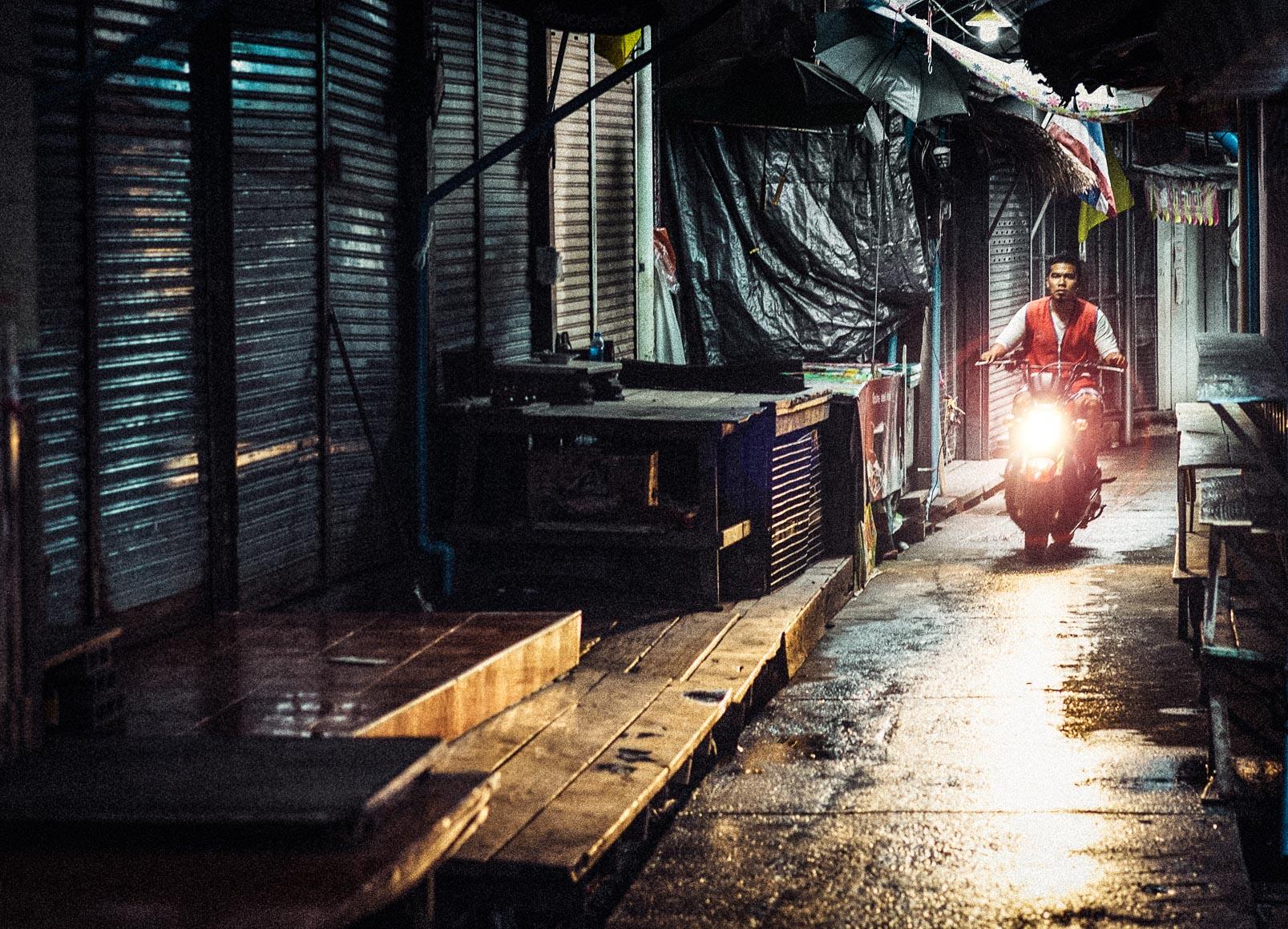 Bangkok_Alley_Moto.jpg