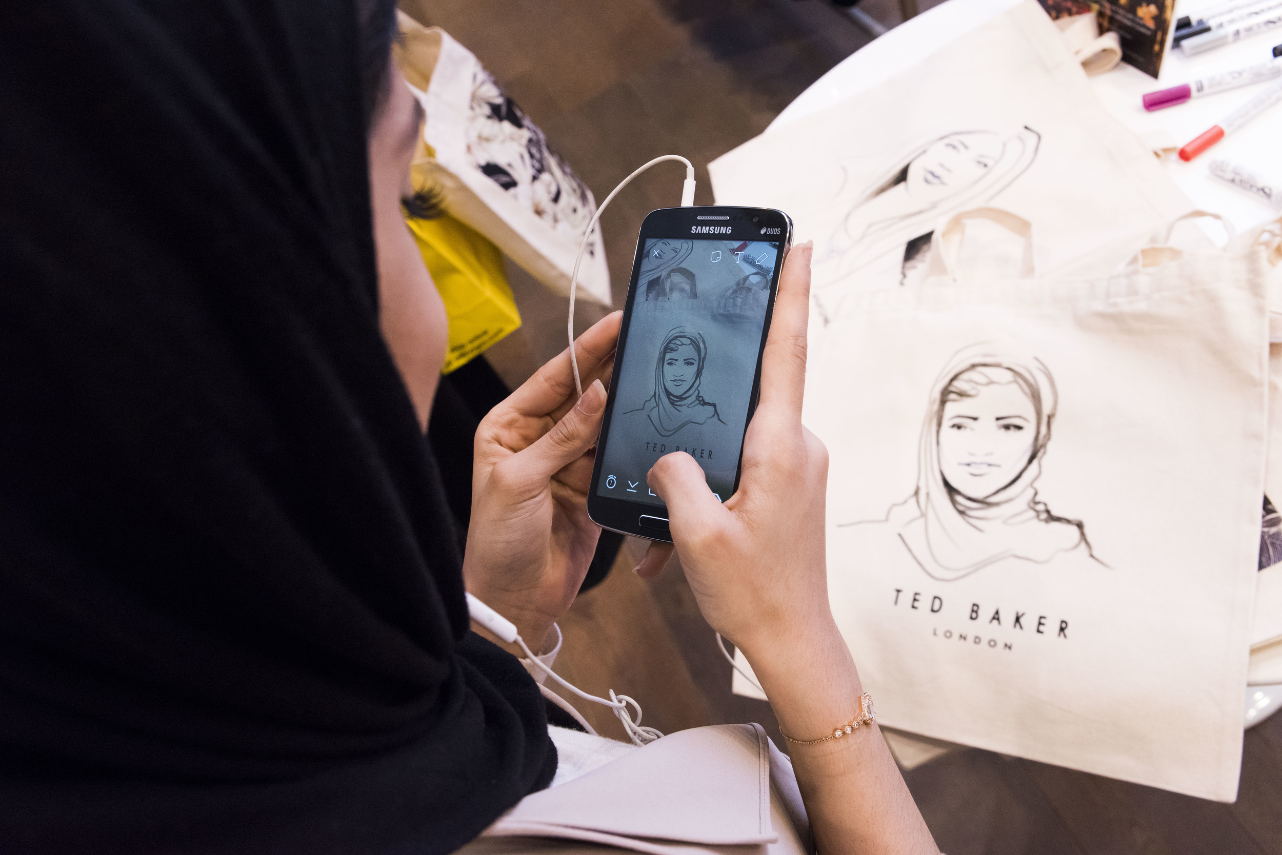 Willa Gebbie live portrait illustration onto tote bags at Ted Baker, Selfridges, London with LiL colective