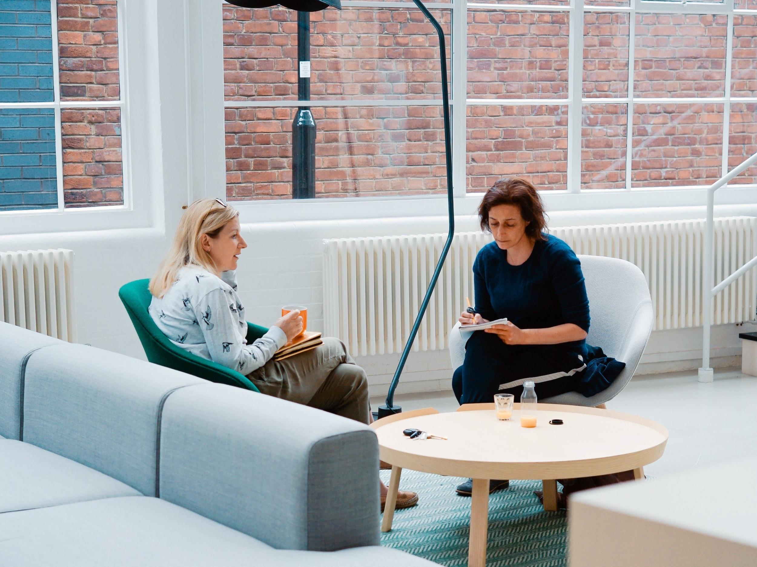 """Gemenskap och stöd - Som medlem hos oss får du tillgång till vår LinkedIn-grupp med erfarna """"kollegor"""" där du kan ställa frågor, få tips och diskutera olika uppdrag. Ett enkelt sätt att få coachning under ett uppdrag utöver support från oss."""