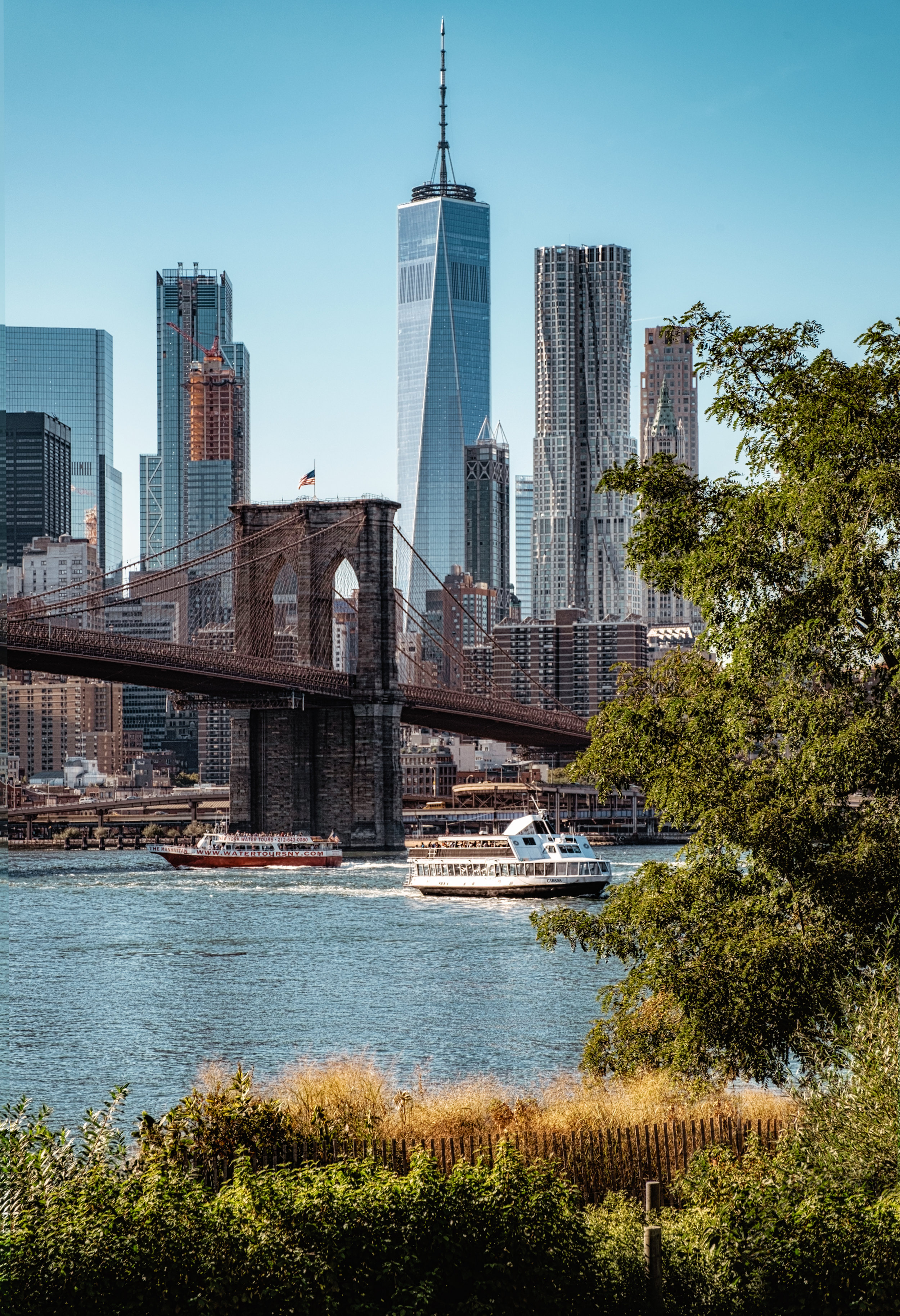 A view on the Skyline, the Brooklyn bridge and the World Trade Center from Brooklyn