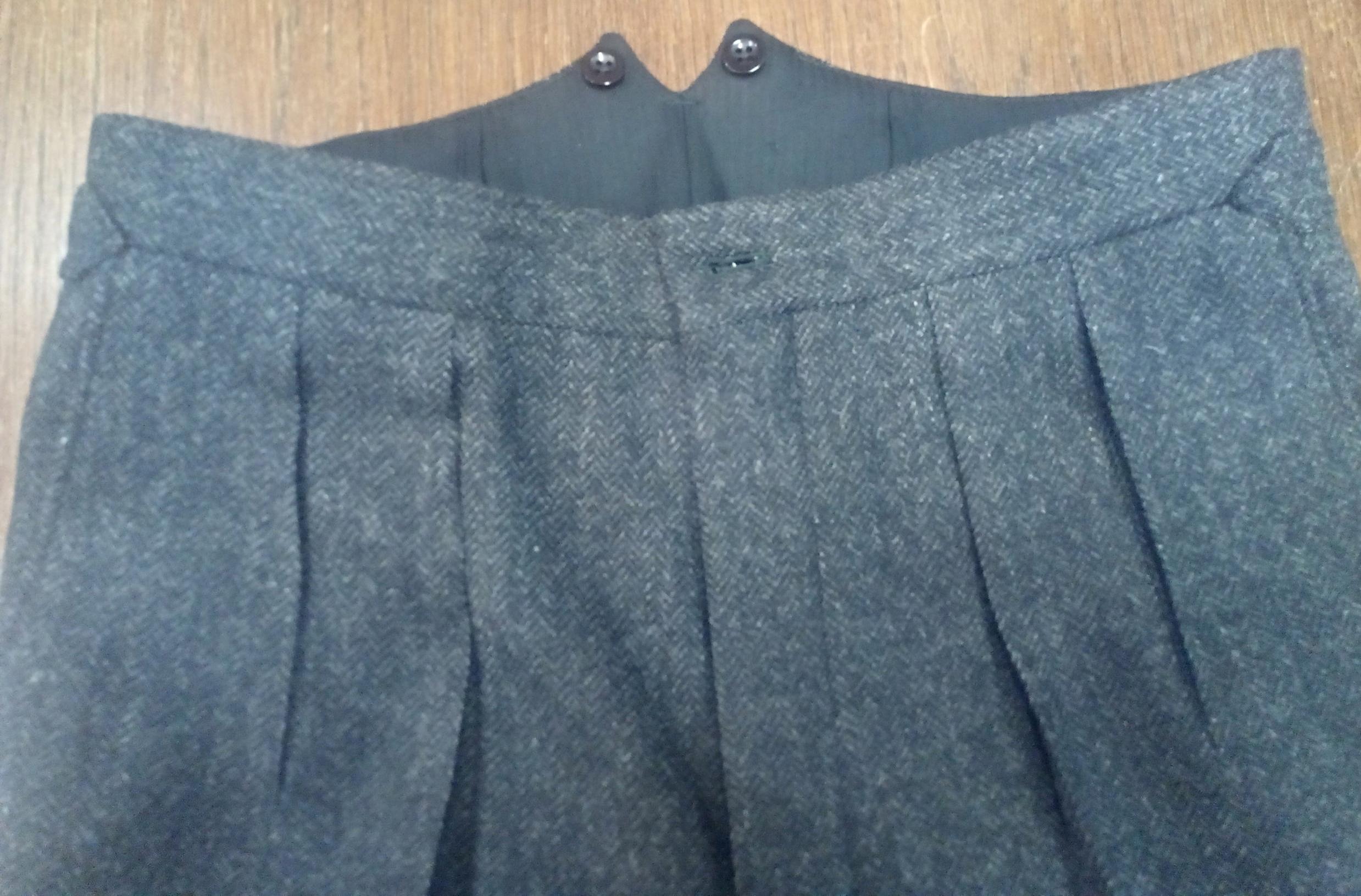 Twin forward pleats