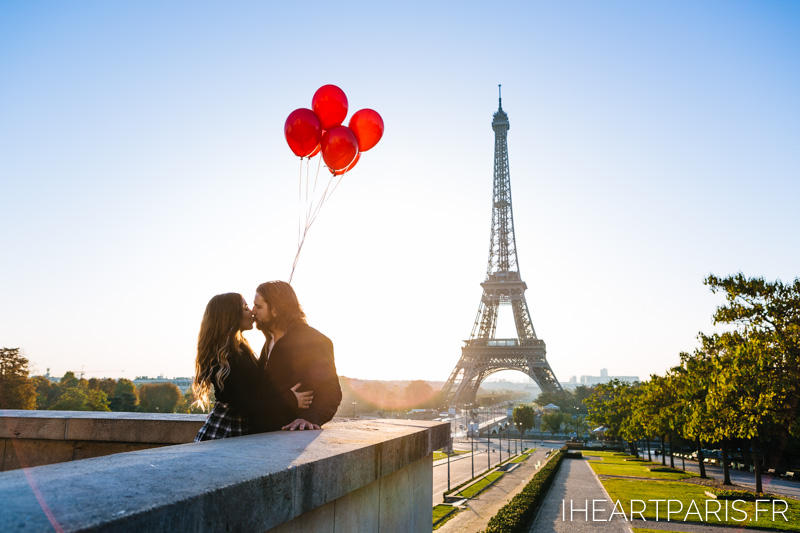 Paris Photographer Eiffel Balloons Couple