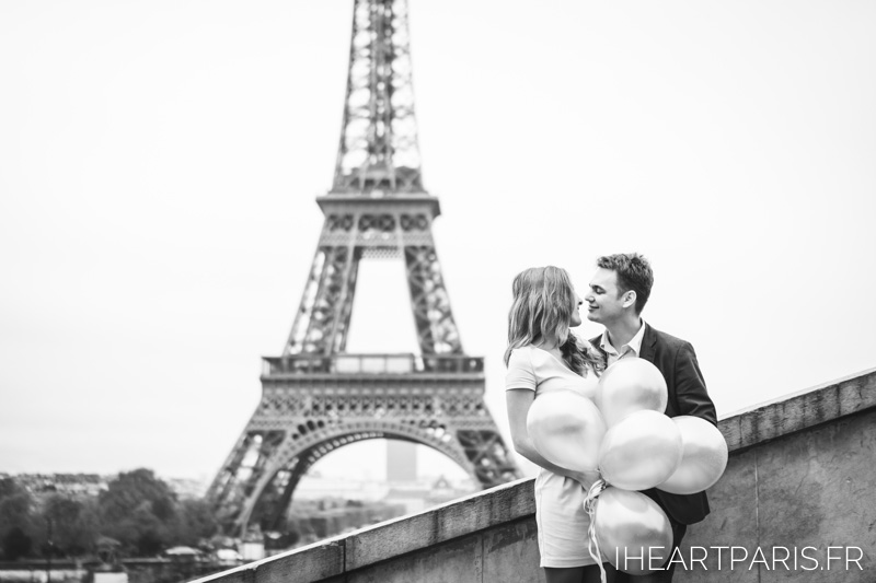 Photographer in Paris Engagement Eiffel Tower Balloons