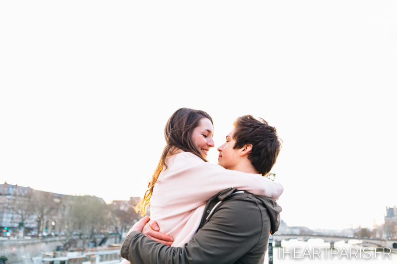paris photographer couple minisession hug iheartparisfr