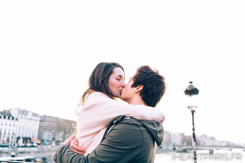 paris photographer couple minisession kiss iheartparisfr