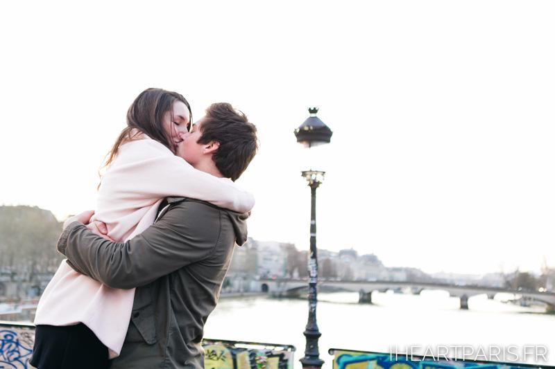 paris photographer couple minisession kiss pont des arts iheartparisfr