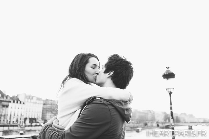 paris photographer couple minisession pont des arts iheartparisfr