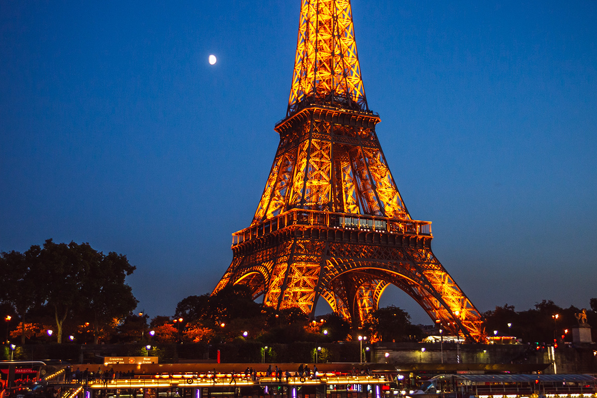 Photographer-in-Paris-Eiffel-Tower-IheartParisfr.jpg