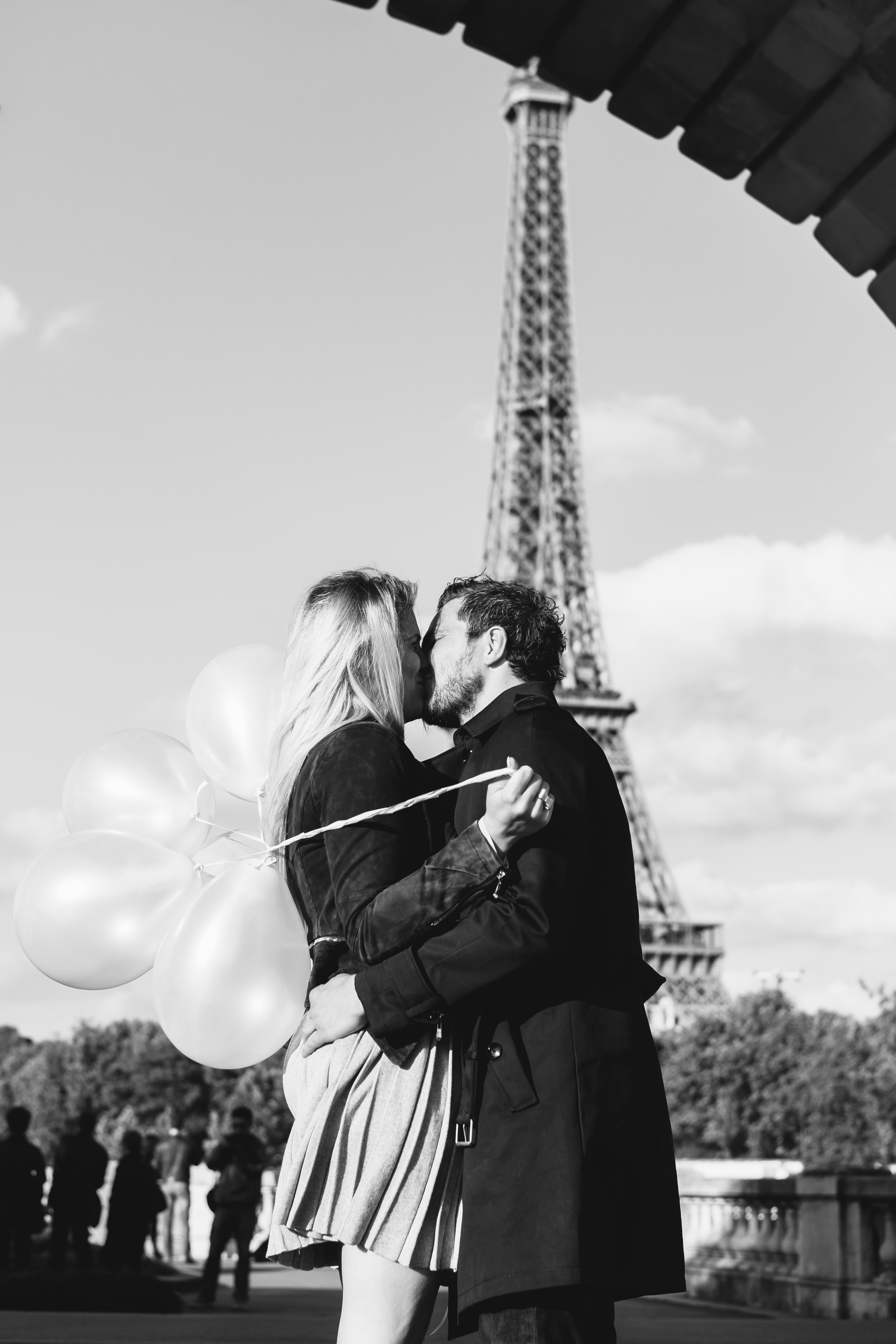 Photographer in Paris Surprise Proposal Tour Eiffel Bir Hakeim engagement balloons Iheartparisfr
