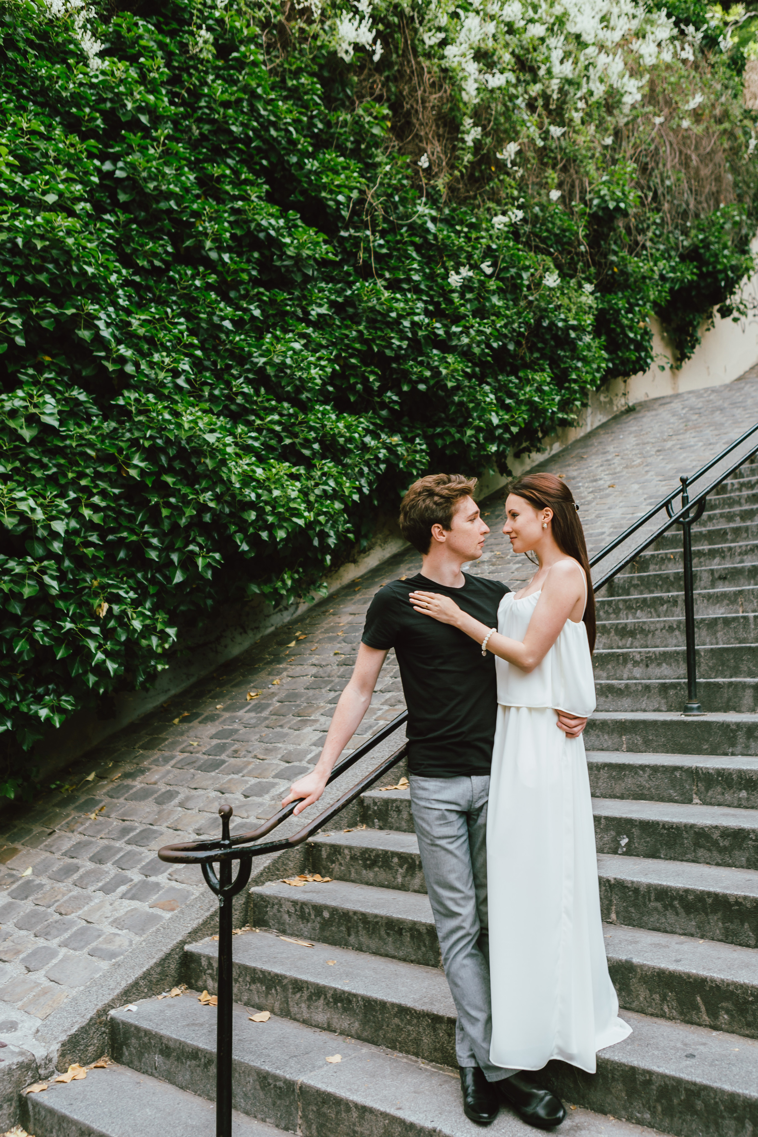 Paris-Photographer-Montmartre-Lovestory-France-stairs-hug-iheartparisfr.jpg