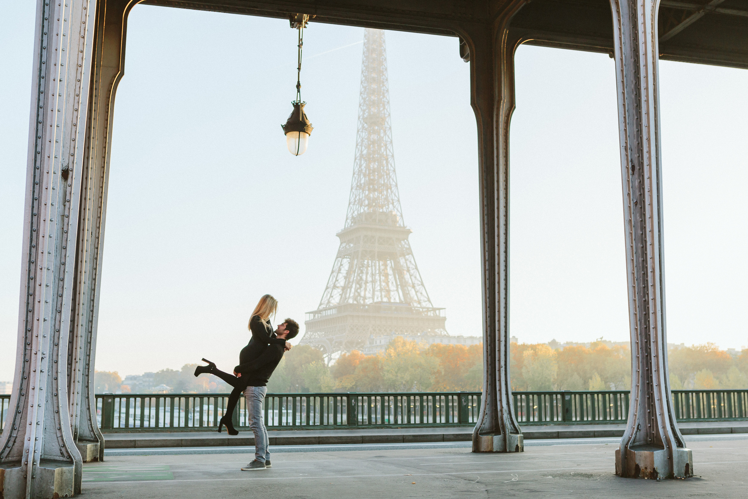 Paris Photographer Lovestory Eiffel Tower Autumn Bir Hakeim