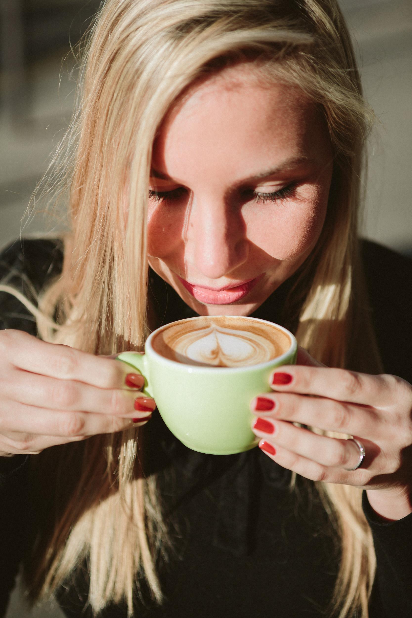 Paris Photographer lovestory coffe portrait
