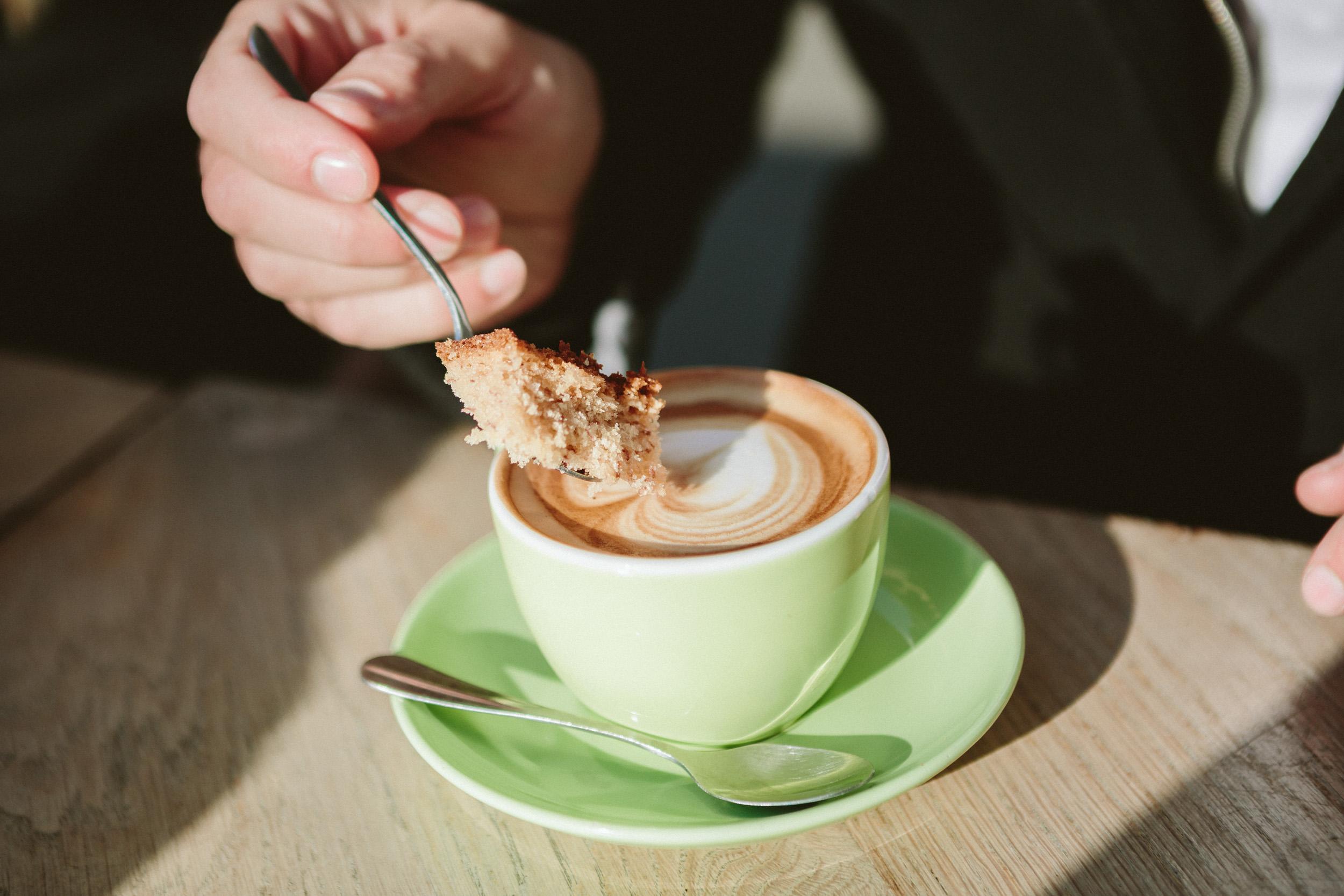 Paris Photographer lovestory coffe latte art cafe marais