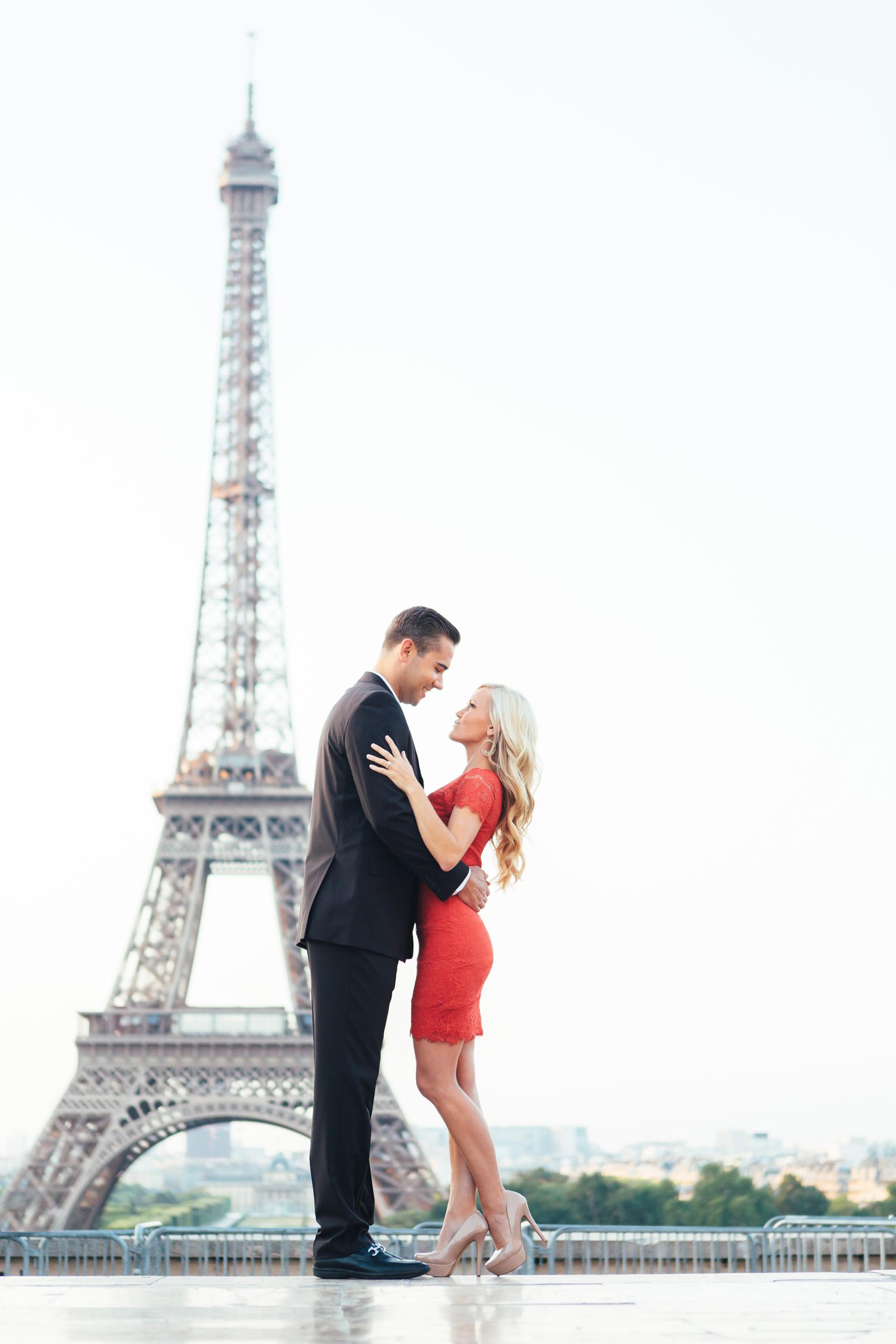 paris photographer engagement eiffel tower