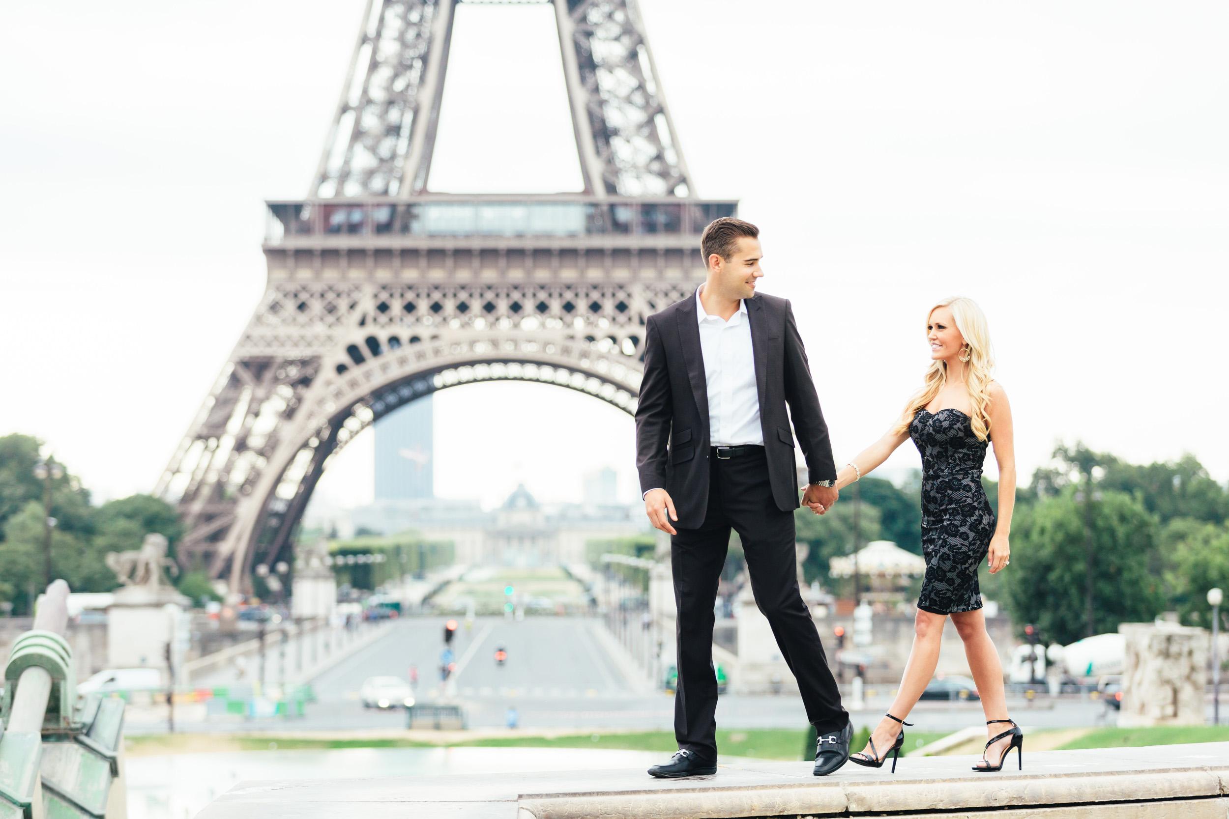Paris Photographer engagement eiffel tower trocadero