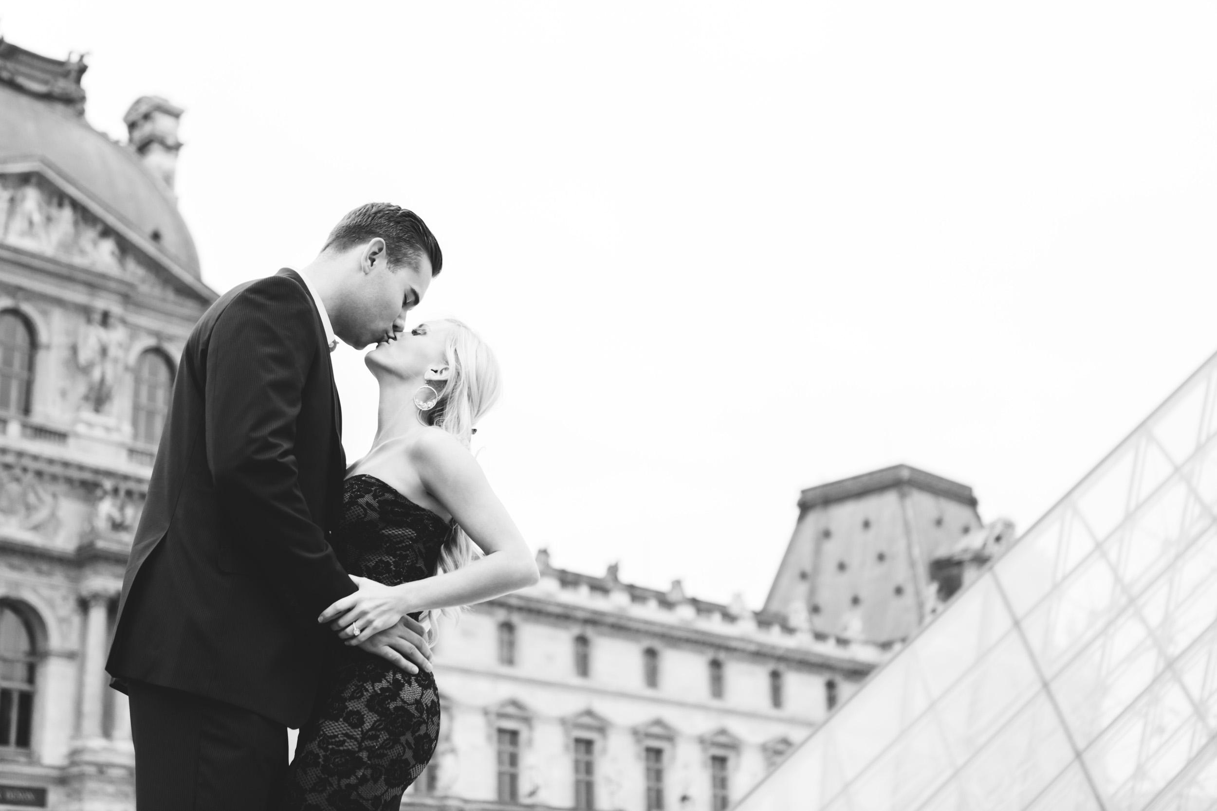 paris photographer engagement louvre