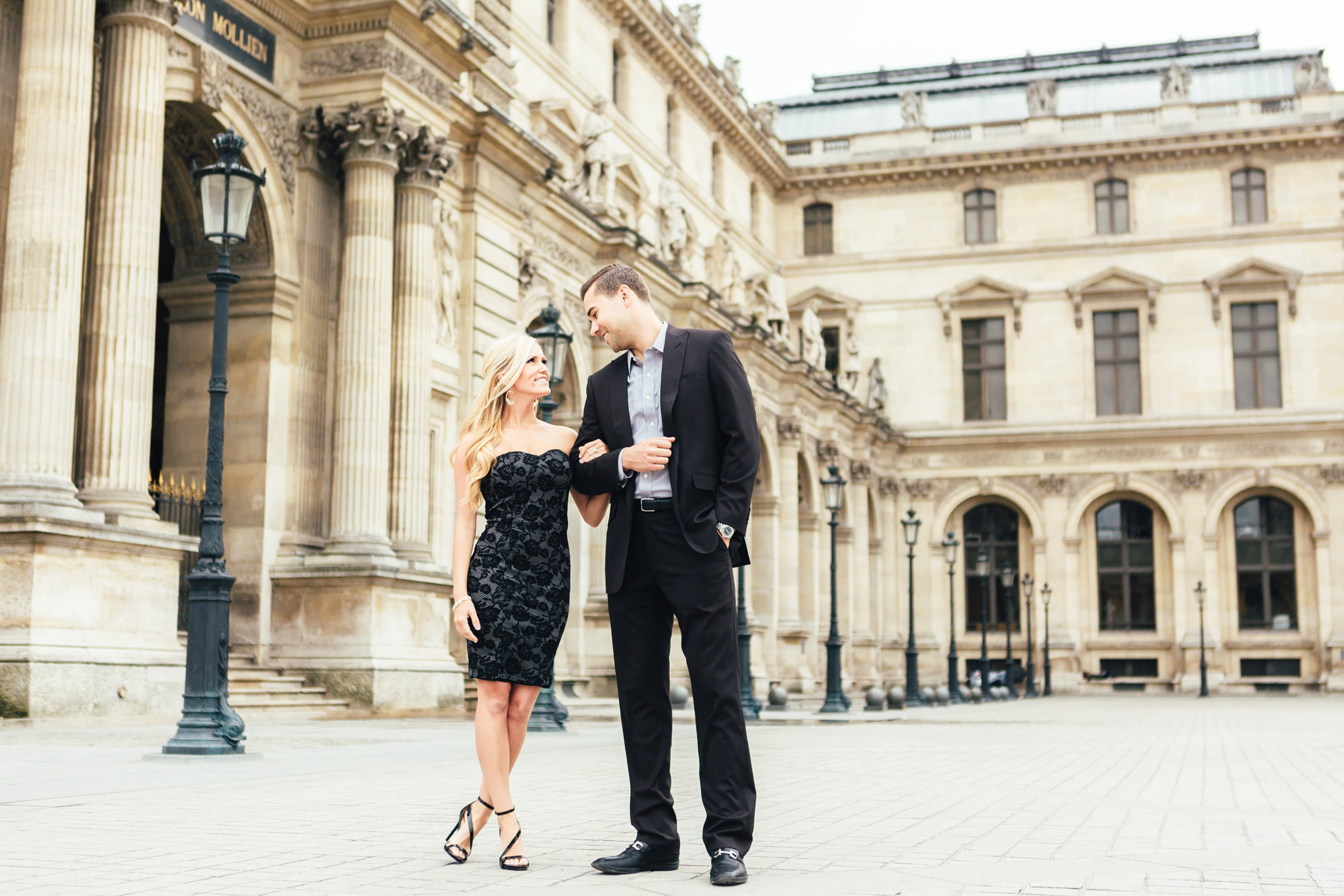 photographer in Paris engagement louvre museum