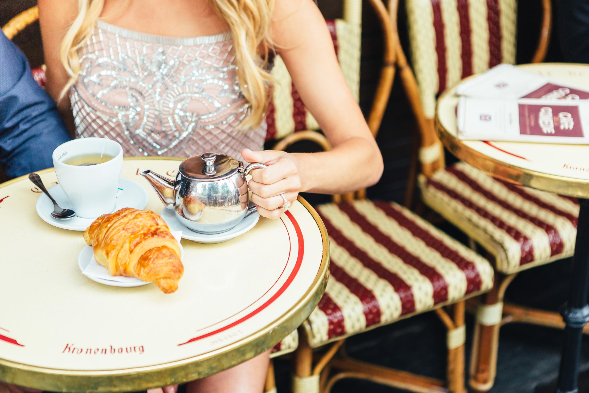 photographer in Paris engagement cafe croissant