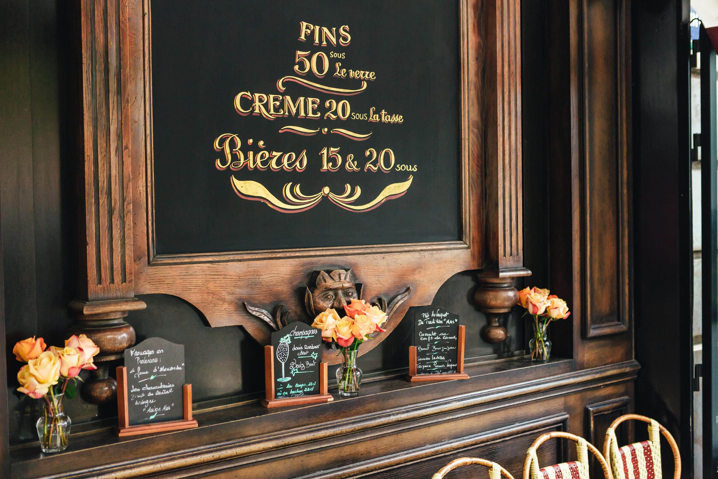 Paris photographer engagement café croissant