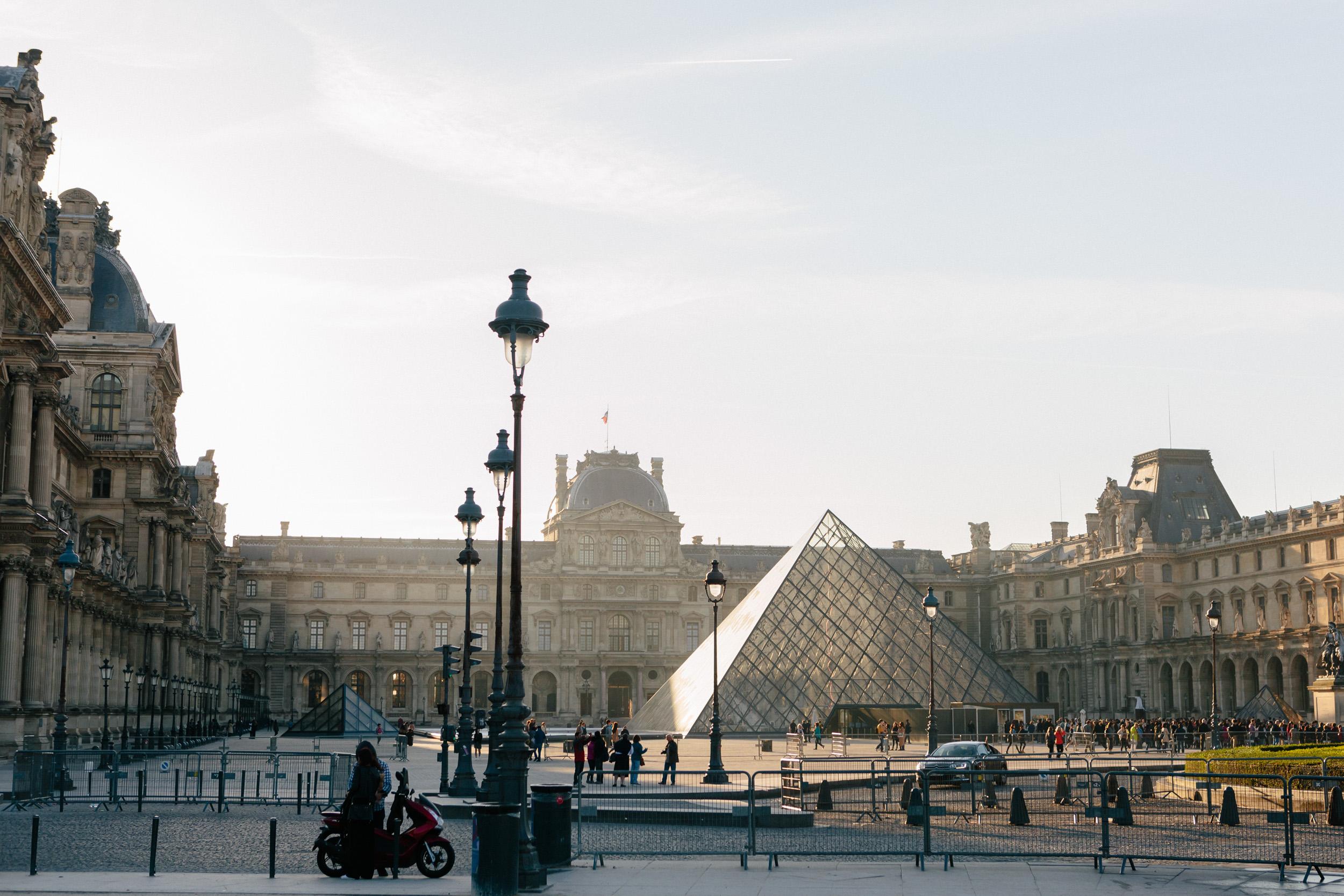 photographer in paris engagement Louvre Pyramid