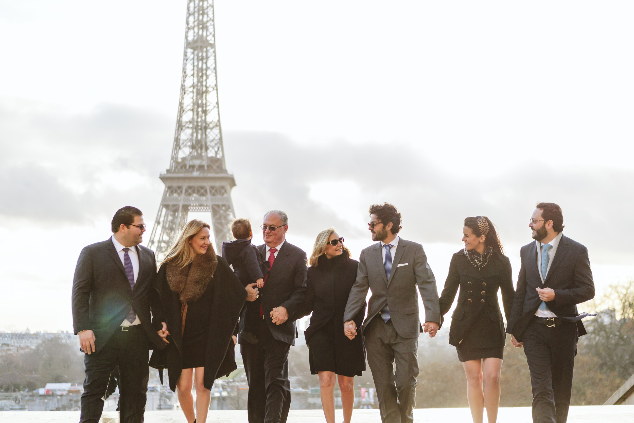 paris photographer family portrait session at trocadero with the view of eiffel tower