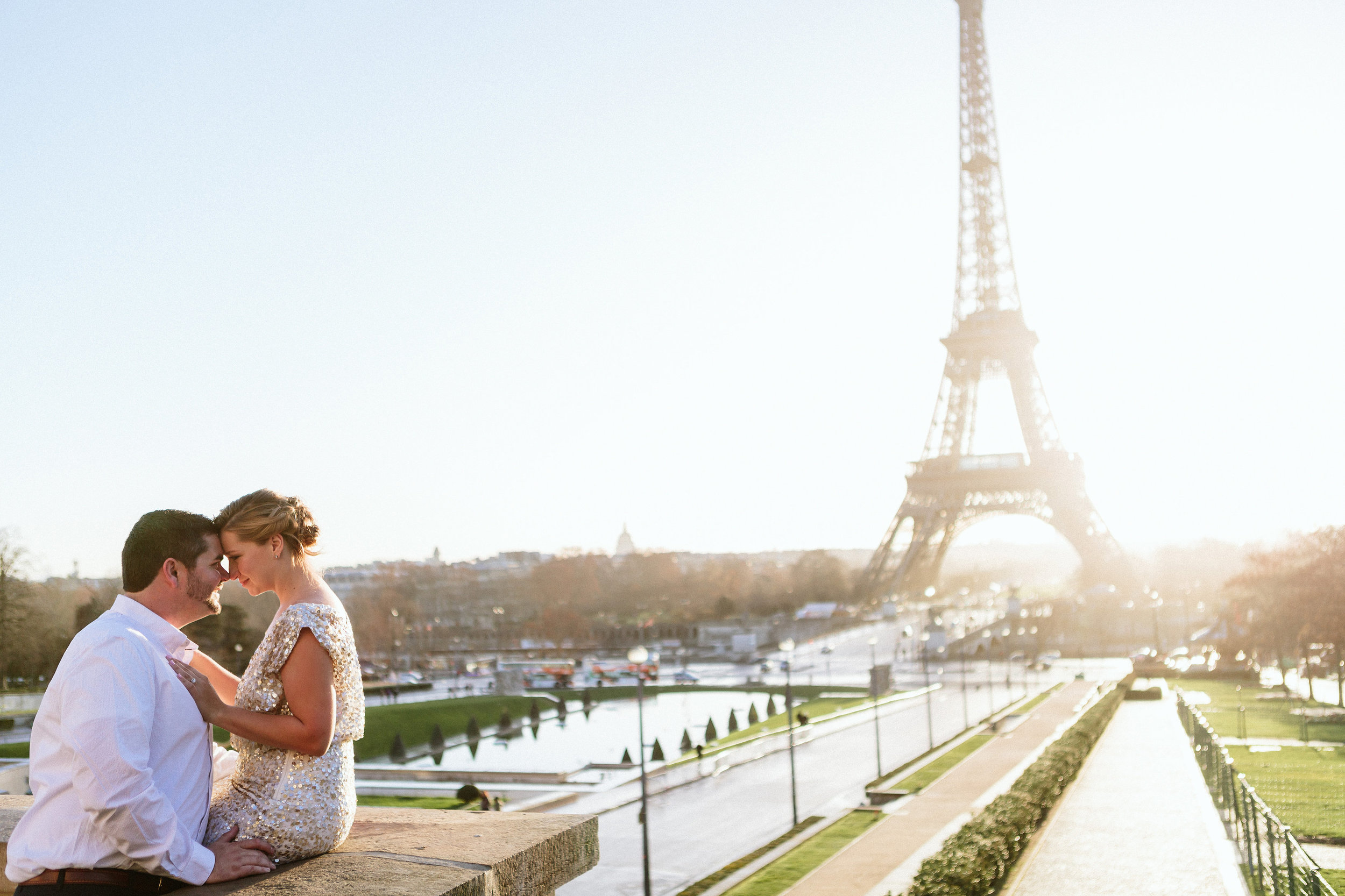 paris photographer anniversary couple kissing by the eiffel tower at trocadero