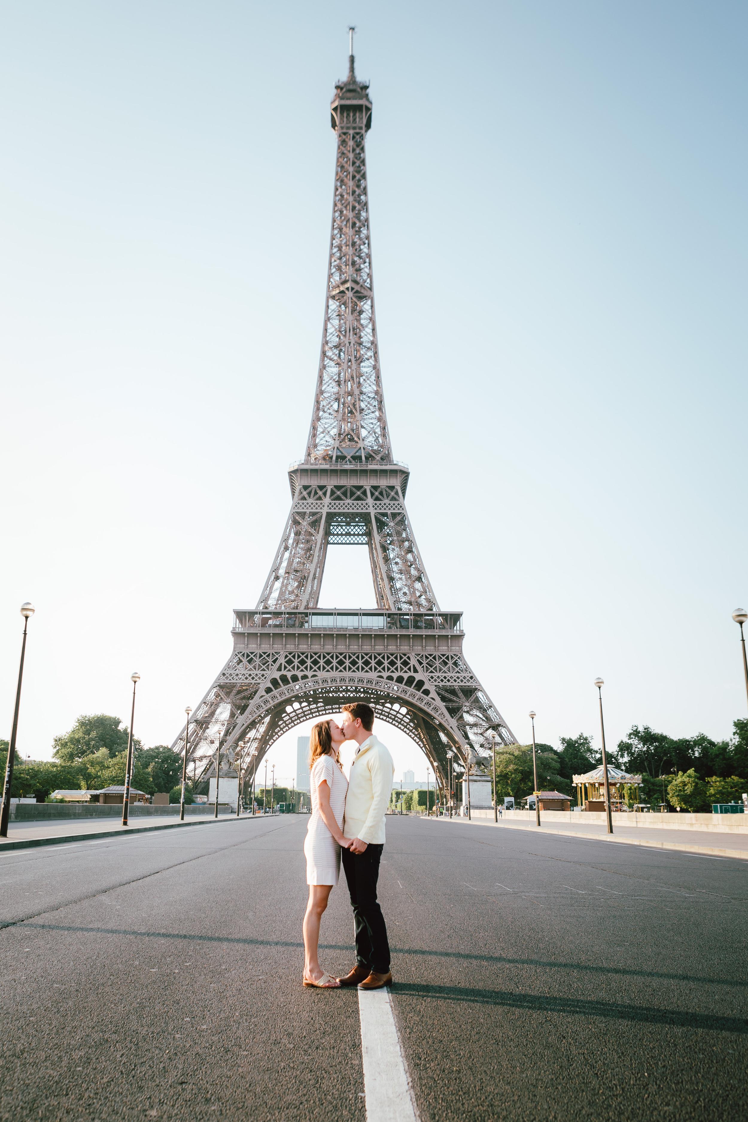 paris photographer surprise proposal session for a couple by the eiffel tower