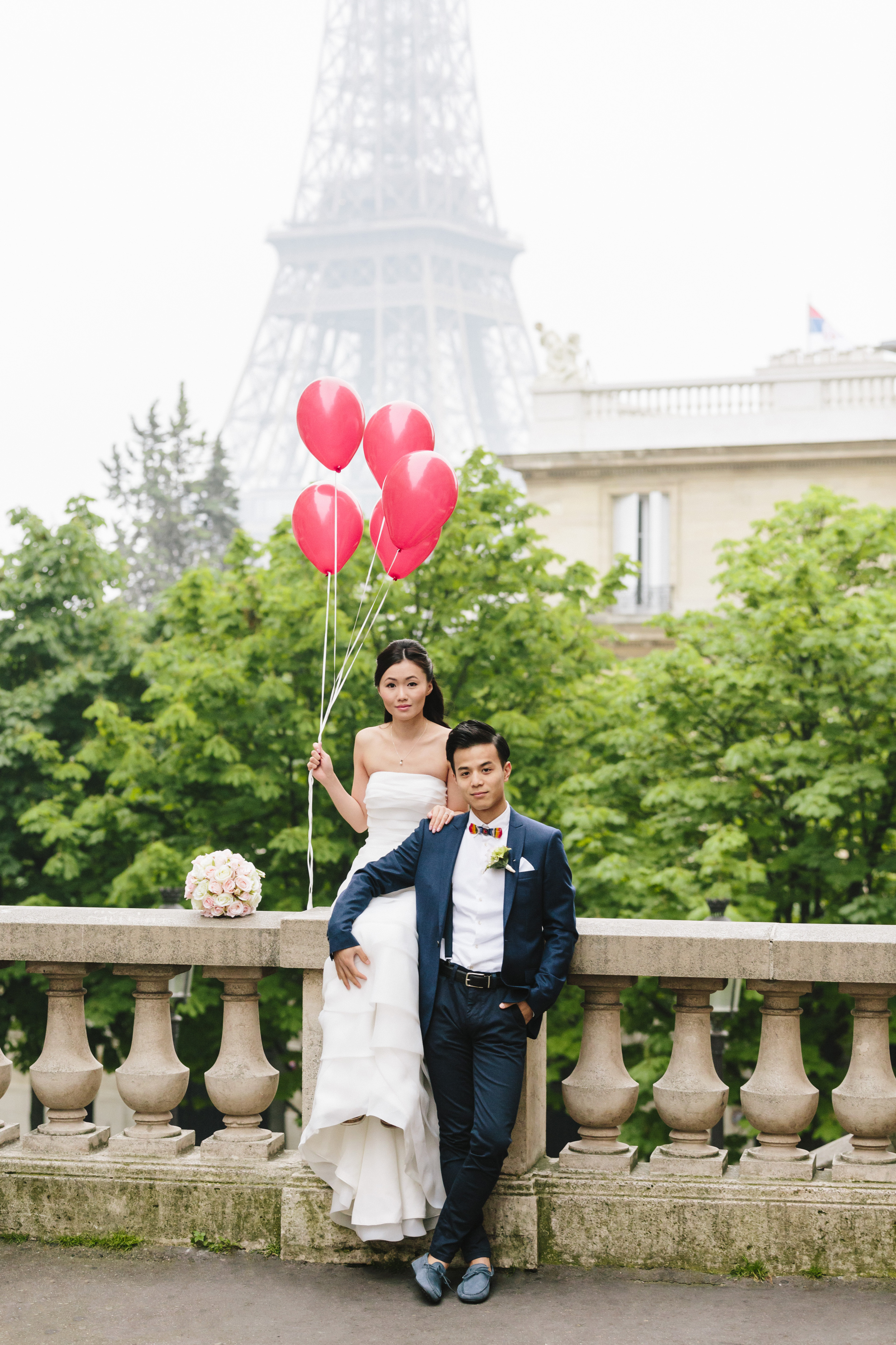 paris photographer pre-wedding couple session at passy by eiffel tower with red balloons