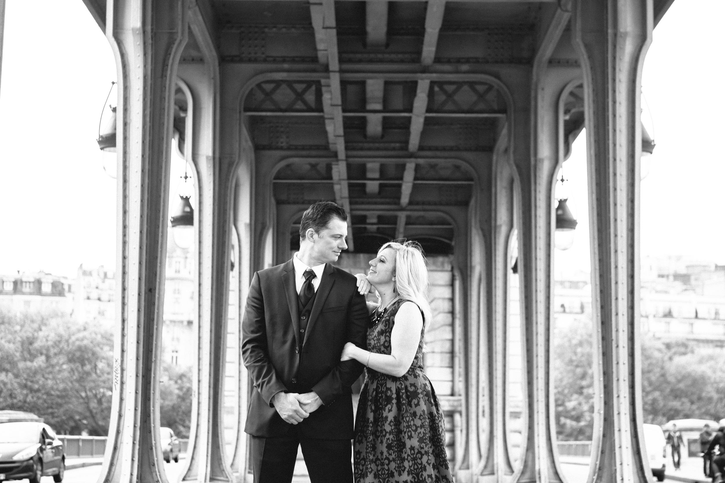 romantic engagement black and white couple portrait at bir hakeim bridge by paris photographer federico guendel
