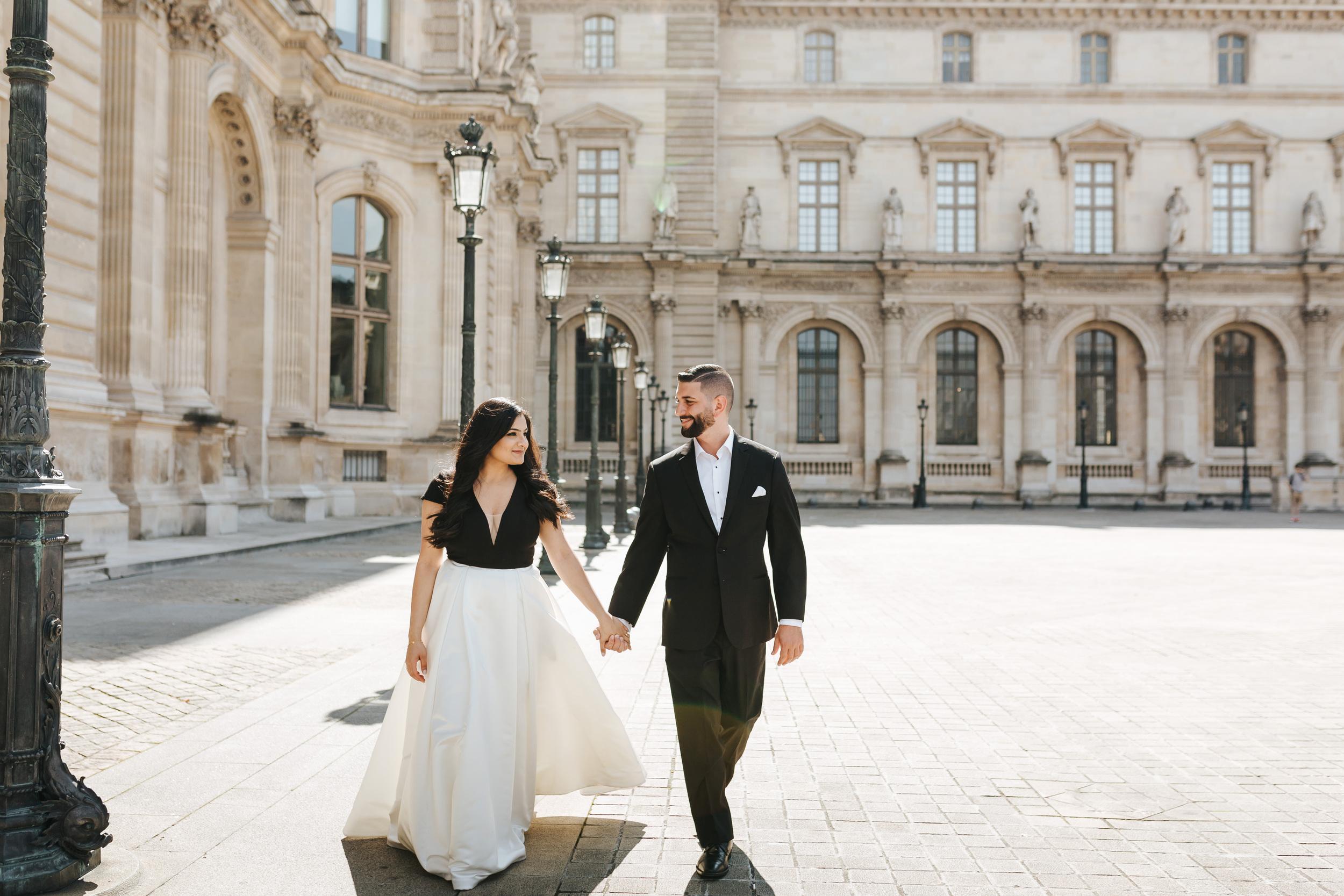 paris photographer federico guendel couple romantic engagement portrait session at the courtyard of louvre museum